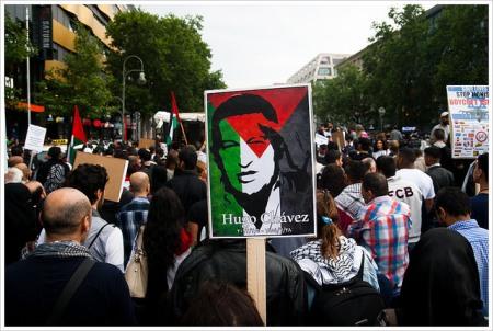 Chávez en bandera palestina, foto tomada duerante una manifestación en Berlin, el 25 de julio de 2014, por Montecruz Foto Al Quds Tag @